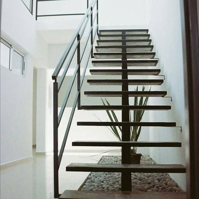 Escalera metálica recta con base tubular
