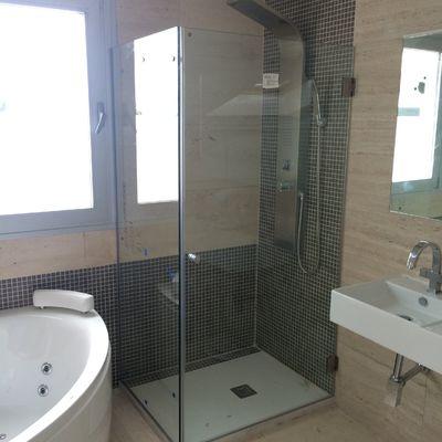 Reformar baño colocando una ducha con mampara