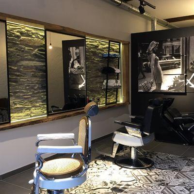 Espejos, iluminación y sillones