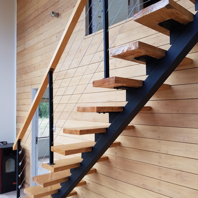 Escalera metálica con peldaños de madera