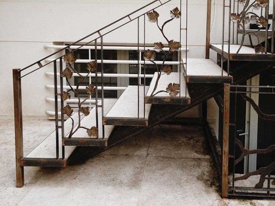 Construir escalera de hierro para el exterior