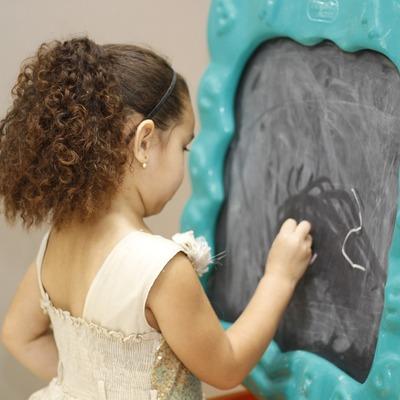 Pintura pizarra en una habitación infantil