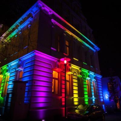 Iluminación en fachadas y entradas