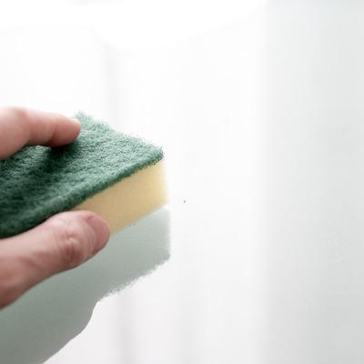 Limpiar un techo con moho