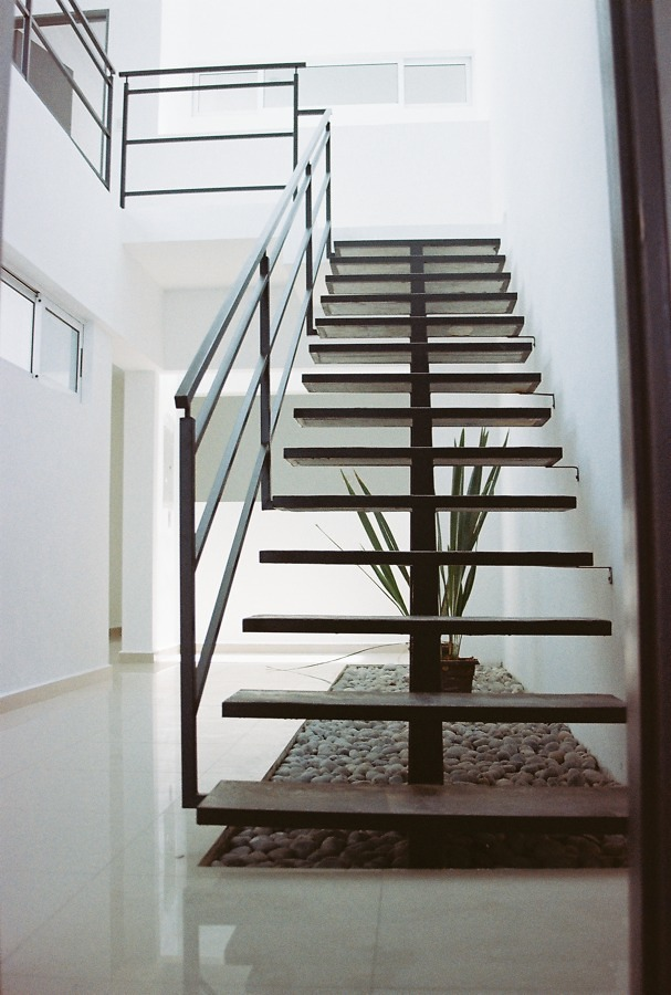 escalera metalica recta con base tubular