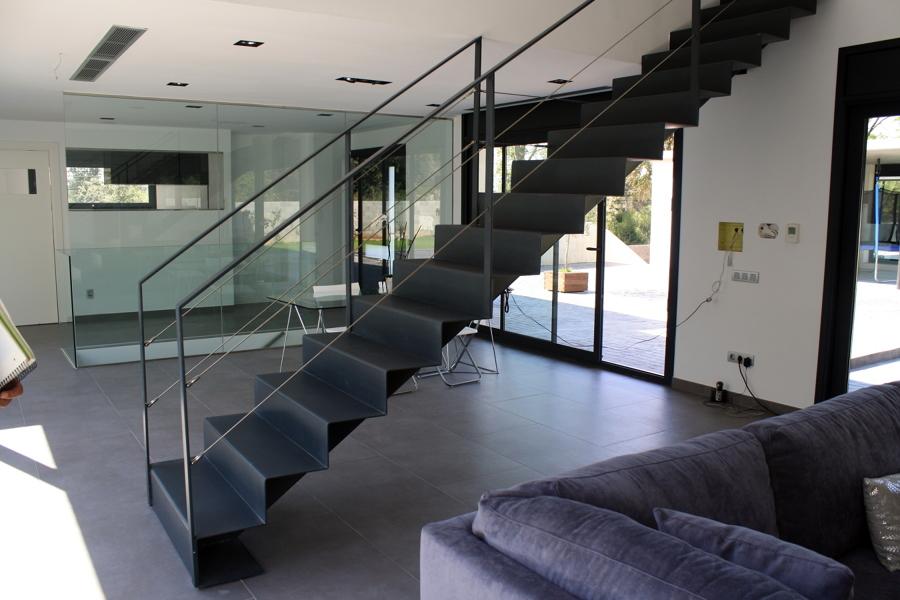 escalera metalica recta con peldaos continuos