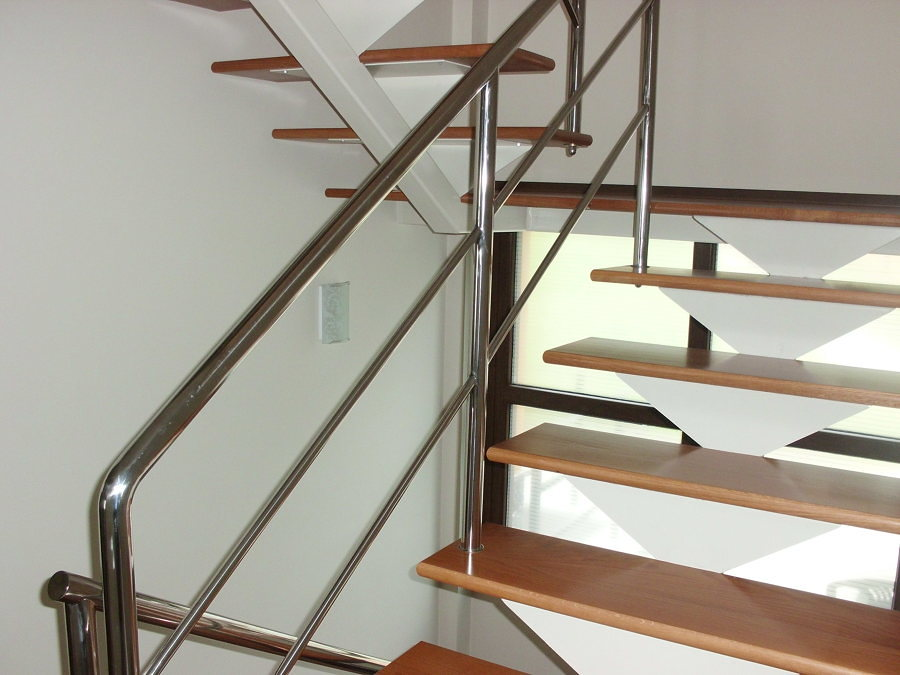 escalera metalica recta con peldaos de roble