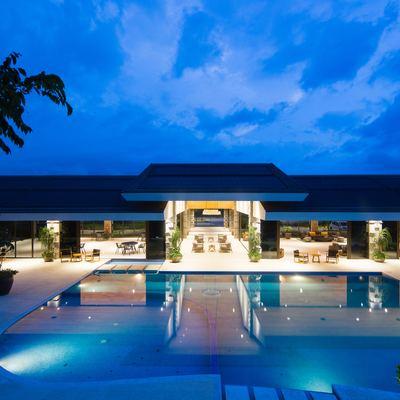 Iluminación exterior en piscinas