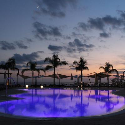 Iluminar la piscina del jardín