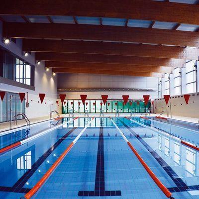 Instalaciones deportivas con piscinas