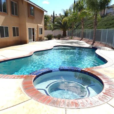 Instalar un jacuzzi en la piscina