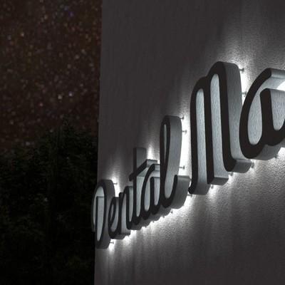 Letras corporativas con luz (foto de rotulowcost.es)