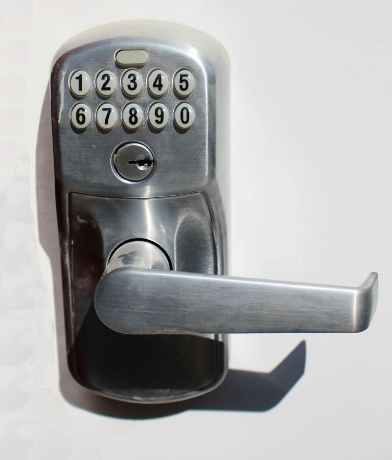 Puerta blindada con cerradura electrónica