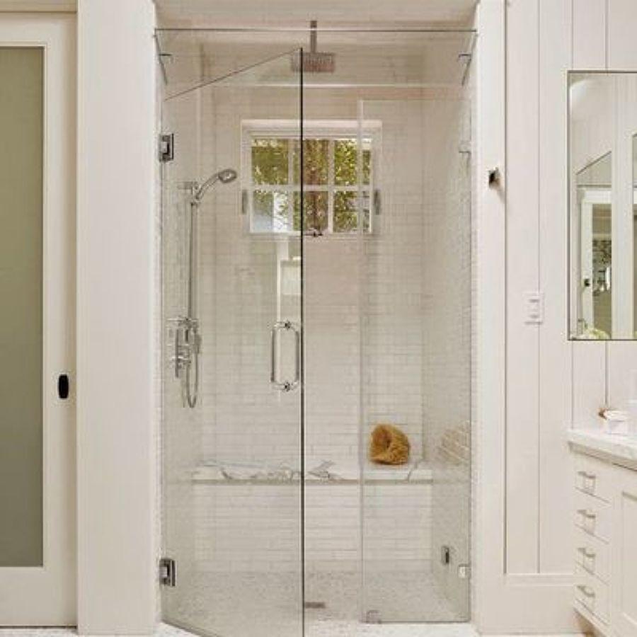 una ducha ocupa menos espacio en un bao