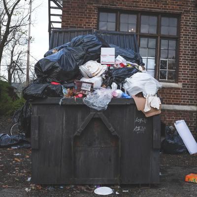 Vaciado y retirada de basura acumulada