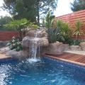 Piscina con rocas artificiales