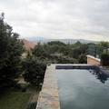 Piscina elevada a pié de terraza en jardin