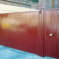 13- Puerta metálica roja