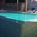 piscina con cascada a dos lados