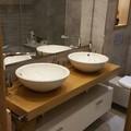 baño de piedra gris