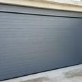 Puerta seccional en panel acanalado rugoso (woodgrain)