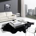 Ambiente de salón con mesa de diseño.