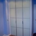 Armario con 3 puertas abatibles cristal lacado blanco con perfilería minimalista