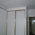 armario de pladur terminado con sus puertas correderas