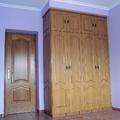 Armario ropero clásico con puertas en rechapado de roble decoradas igual que las puertas de paso.