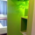 Armario sin puertas para hotel de diseño.