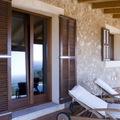 Balconera rústica con persiana mallorquina en exterior.