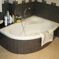 Bañera con faldón alicatado.
