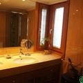 Baño completamente reformado con mármol en Zaragoza