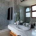 Baño con encimera y paramentos en mármol