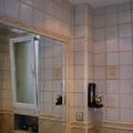 Baño con espejo encastrado.