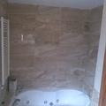 baño de mármol con jacuzzi