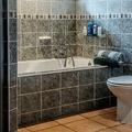 Bañera con revestimiento gris