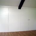 Buhardilla, armario con puertas lacadas con estrías horizontales