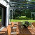 Terraza con techo y cortina