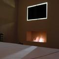 Chimenea bioetanol y TV retroiluminada en dormitorio principal