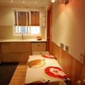 Cocina con parquet a suelo y paredes con microcemento