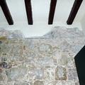 Colocación de piedra con vigas de madera en interior