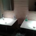 Detalle baños en oficina