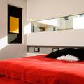 dormitorio con ventana panoramica
