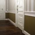 Dos tipos de papel vinilicos combinados en pasillo