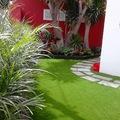Jardinería sostenible con césped artificial y plantas