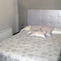 Edredón, cojines y cabecero tapizado en gris plata