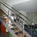 Escalera de estructura metálica con peldaños de madera.