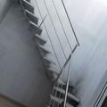 escalera de hierro con barandilla de acero inoxidable