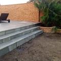 Escalera, jardinera y pared rústico